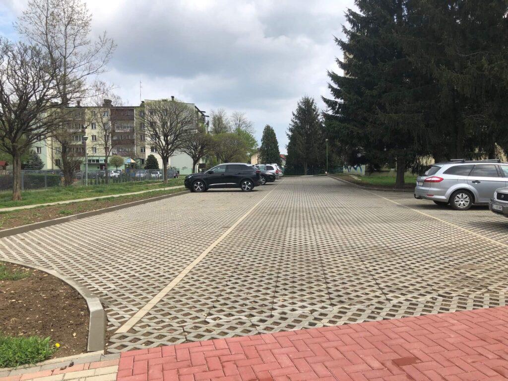 Odpłatne miejsca parkingowe Przy Sikorskiego 8