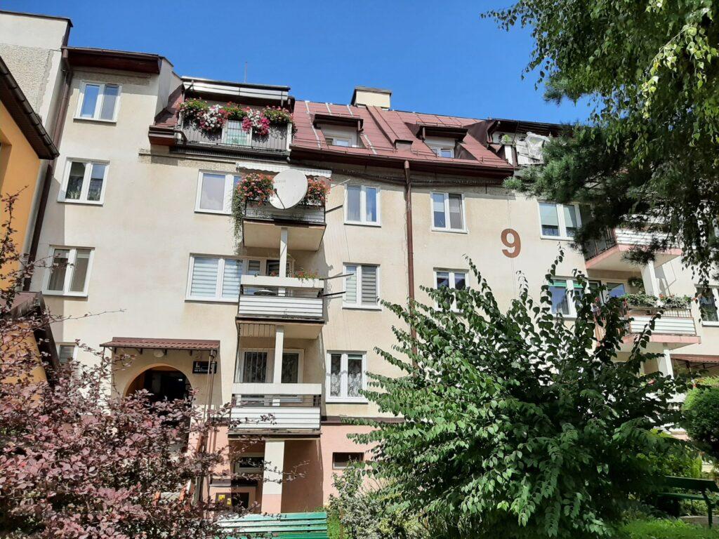 Na Kotlinę 9 – docieplenie budynku i remont 8 szt. balkonów